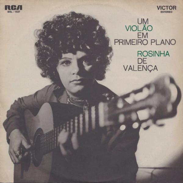 Foto: UM VIOLÃO EM PRIMEIRO PLANO